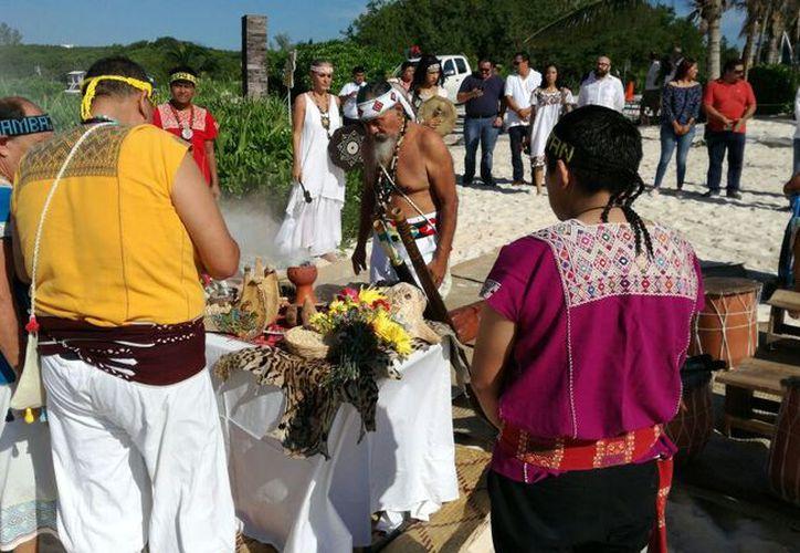 El sacerdote indígena Luis Nah encabezó la ceremonia prehispánica maya. (Daniel Pacheco/SIPSE)