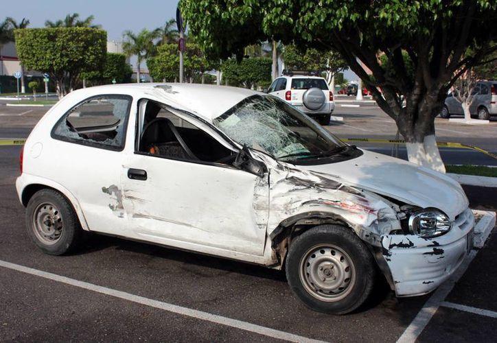 Este es el auto que fue 'escondido' en el estacionamiento de Plaza Galerías por una joven que acaba de causar un accidente fatal en el Periférico de Mérida. (Fotos: Milenio Novedades)