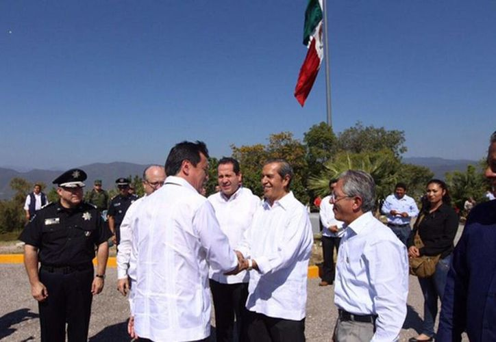 El secretario de Gobernación, Miguel Ángel Osorio Chong, a su llegada a Iguala, donde fue recibido por el gobernador de Guerrero, Rogelio Ortega, con la presencia de otros mandatarios. (Tomada de Twitter/@GobOrtega)