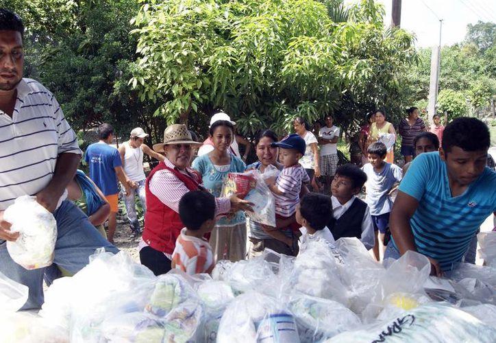 Personal de Sedesol entrega víveres a damnificados en la huasteca potosina, el pasado 6 de octubre. (Archivo/Notimex)