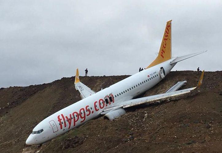 Los pasajeros y miembros de Pegasus Airlines fueron rescatados de la aeronave, que quedó a orilla del Mar Negro. (Foto: Univisión)