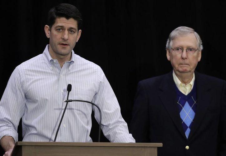 El presidente de la Cámara de Representantes Paul Ryan y el líder de la mayoría republicana en el Senado Mitch McConnell hablaron sobre el financiamiento para la construcción del muro fronterizo. (AP/Matt Rourke)
