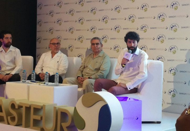 """Especialistas de Sanofi-Pasteur impartieron la conferencia """"Mitos y realidades del dengue"""", en Mérida. Apoyó la causa el cantante Benny Ibarra. (José Salazar/SIPSE)"""