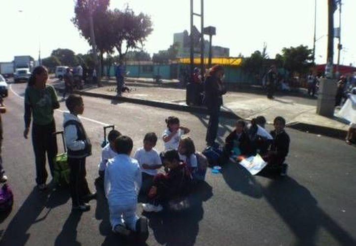 Padres e hijos denuncian las malas condiciones de la escuela primaria Miguel Lerdo de Tejada. (Milenio)