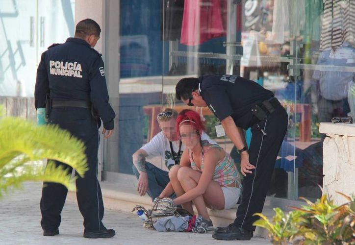 Dos turistas de crucero fueron detenidos por robar en varias tiendas de la plaza Royal Village de Cozumel. (Gustavo Villegas/SIPSE)