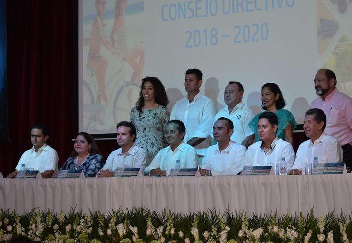 Carlos Joaquín estuvo presente en la toma de protesta de los nuevos integrantes de la cámara de empresarios hoteleros. (Gustavo Villegas/SIPSE)