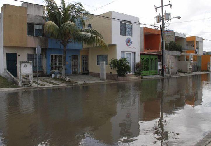 Los vecinos son afectados por lluvias en el fraccionamiento Paseos Kabah. (Tomás Álvarez/SIPSE)