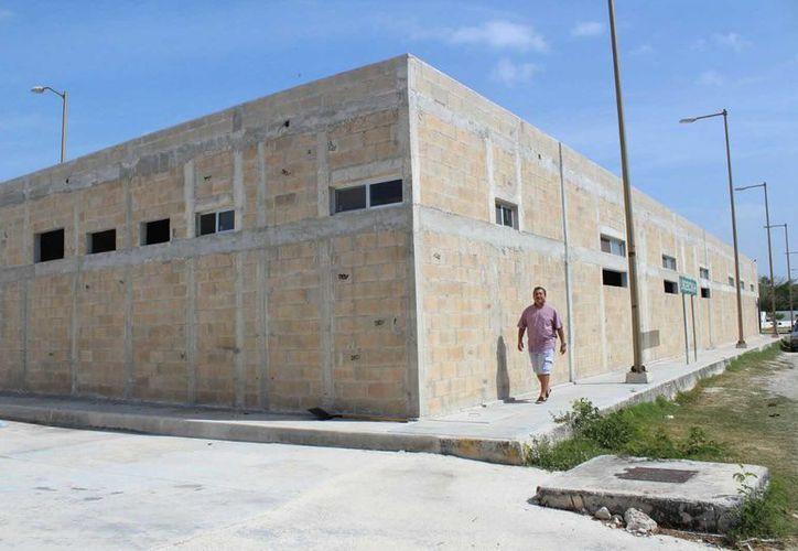 Desde la campaña de acopio y donación de 11 mil blocks de concreto para este edificio, no se ha avanzado. (Daniel Pacheco/SIPSE)