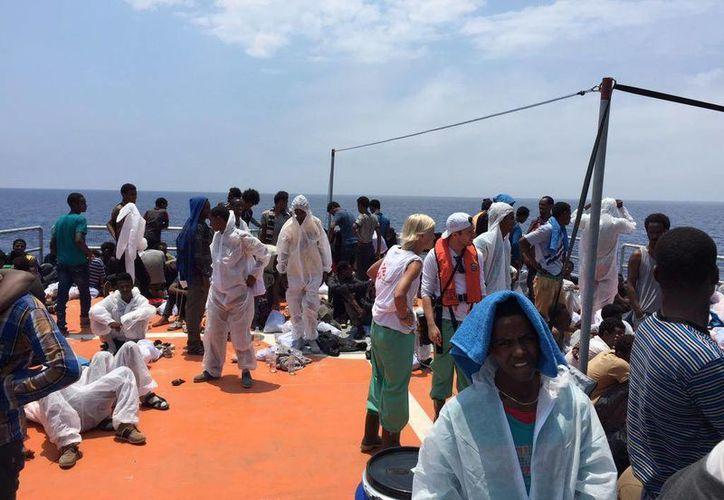 Parte de los inmigrantes que fueron rescatados en el Canal de Sicilia fueron embarcados en la Moas Phoenix. Imagen de los 372 personas salvadas por la embarcación. (twitter/@MarquardtA)