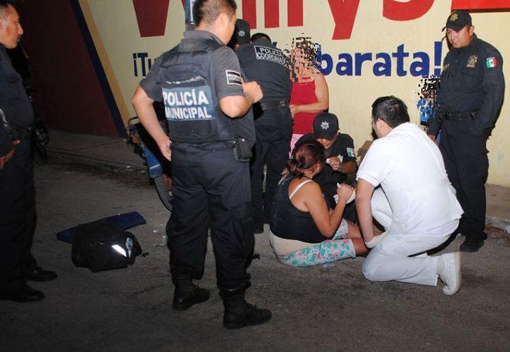 La mujer terminó en el piso al intentar huir del supermercado. (SIPSE)