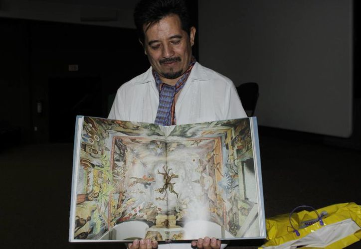 """El editor de Conaculta, Octavio Paz del Razo presenta el libro """"En el espacio mágico del muralismo mexicano"""". (Andrea Aponte/SIPSE)"""