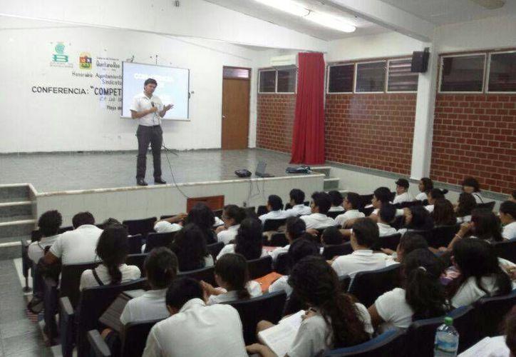 Para prevenir el suicidio, el Insituto de la Juventud imparte pláticas motivacionales a estudiantes.  (Daniel Pacheco/SIPSE)
