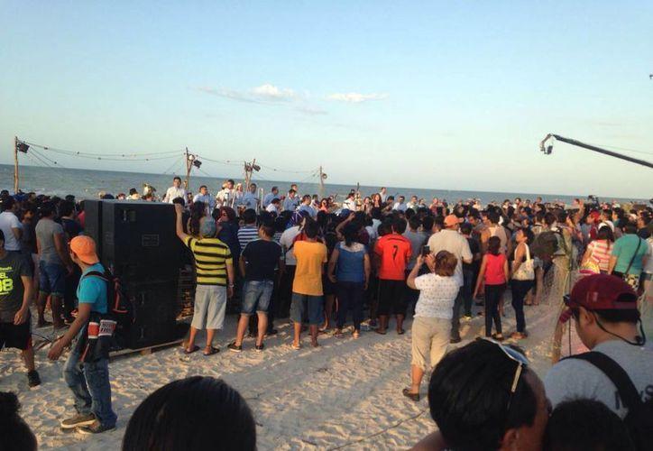 Decenas de yucatecos estuvieron presentes durante la grabación del nuevo video de Los Ángeles Azules, el cual se realizó en el Malecón de Progreso. (Gerardo Keb/ Milenio Novedades)