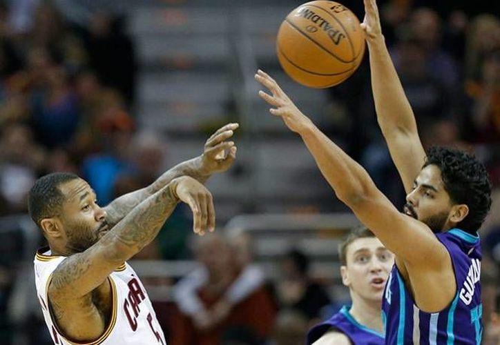 Jorge Gutiérrez se queda con los Hornets, luego de haber firmado dos contratos previos por 10 días. En la foto, El mexicano (D) disputa el balón contra un jugador de los Cavaliers.(AP)