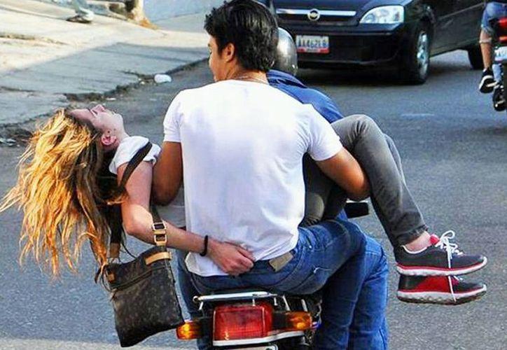 El momento que es auxiliada Génesis Carmona y llevada al hospital en una motocicleta tras recibir un disparo en la cabeza. (laprensa.hn)