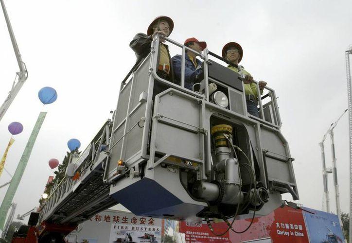 Los bomberos ayudaron a atender y hospitalizar a 30 víctimas cuyas vidas aún están en peligro. (EFE)