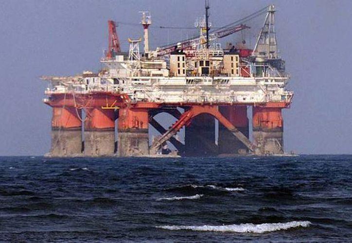 El precio del petróleo mexicano cae de manera inminente. Imagen de una plataforma de Pemex. (Archivo/Reuters)