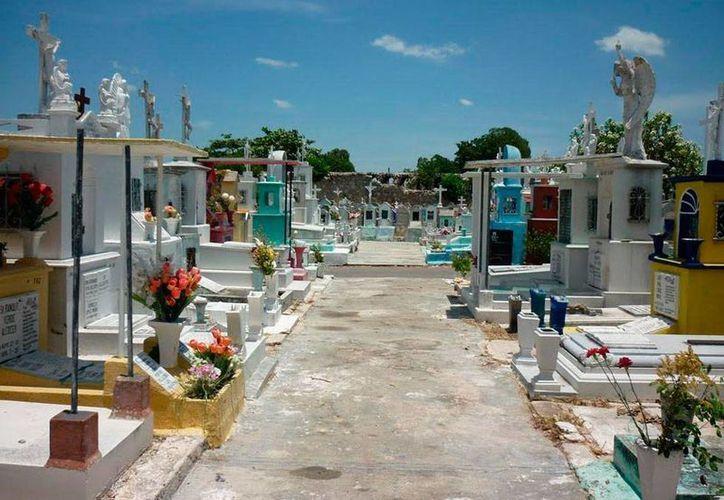 Por los 'pasillos' de un panteón de Mérida, aseguran los empleados del lugar haber visto rondar el fantasma de don Jacinto Urías. La imagen es únicamente de contexto. (Jorge Moreno/SIPSE)