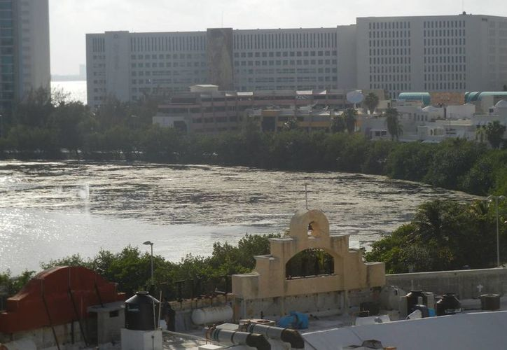 Loa aireadores que se pusieron el algún momento no sirvieron de nada pues la contaminación sigue igual de grave, afirmó hotelero. (Israel Leal/SIPSE)