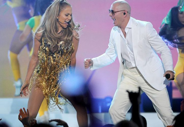 Jennifer López y Pitbull durante su actuación en los Premios Billboard. (AP)