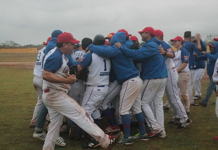 Los jugadores de Castores celebran el drámatico triunfo ante Bombarderos de Izamal, en el duelo correspondiente a las semifinales.(Milenio Novedades)