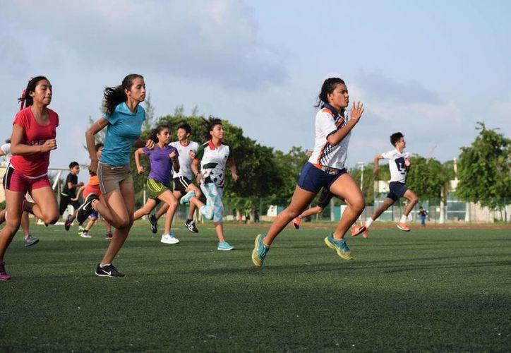 Entrenamientos en la unidad deportiva de Cozumel.(Gustavo Villegas/SIPSE)