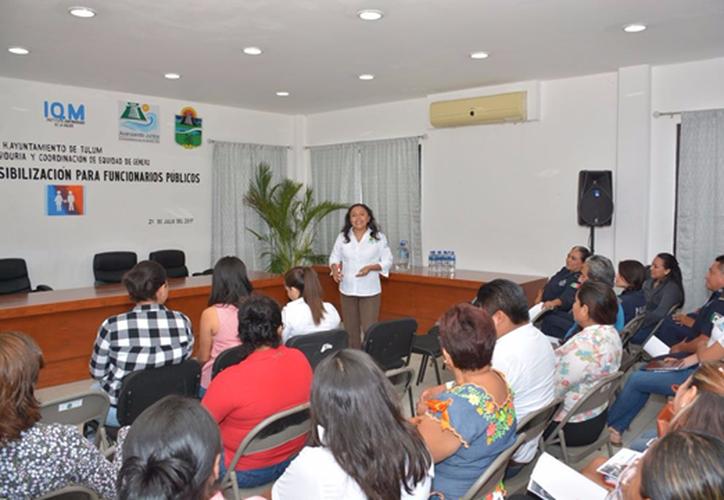 A la capacitación, realizada en sala de cabildo, acudió personal de diferentes áreas municipales. (Foto: Redacción/SIPSE)