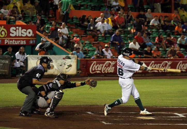 Leones ha estado oportuno con el madero produciendo carreras para apoyar a su pitcheo ante Oaxaca. En la foto, Diego Madero durante su turno al bat. (Milenio Novedades)