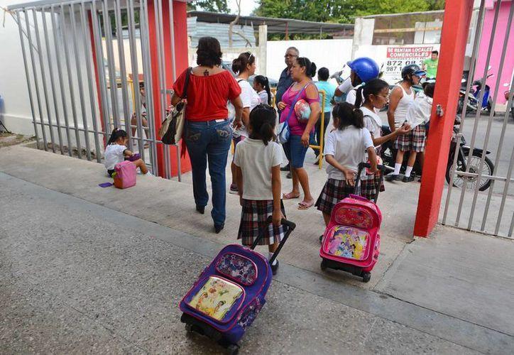 Empresarios yucatecos aseguran que de ajustarse los días inhábiles se podrá tener más vacaciones escolares, lo que significaría más ingresos para los comercios. (Gustavo Villegas/SIPSE)