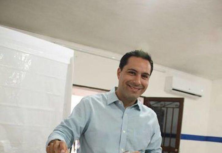La tarde del domingo, Mauricio Vila Dosal acudió a emitir su voto en la elección de dirigentes estatal y nacional de su partido. (Facebook/Mauricio Vila)