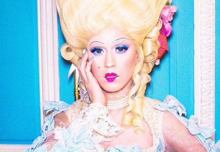 En el video musical, Perry utiliza una peluca gigante y un vestido real de finales del siglo XVIII, el cual se puede ver en Internet desde hace varias semanas. (SIPSE)