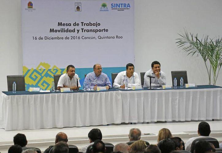En las mesas de trabajo  tratan temas de regulación a las mototaxis y tricitaxis, entre otros. (Jesús Tijerina/SIPSE)