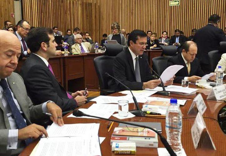 Aspecto de la sesión del INE en donde se realizan los recuentos totales en 17 distritos del país. (Excelsior)