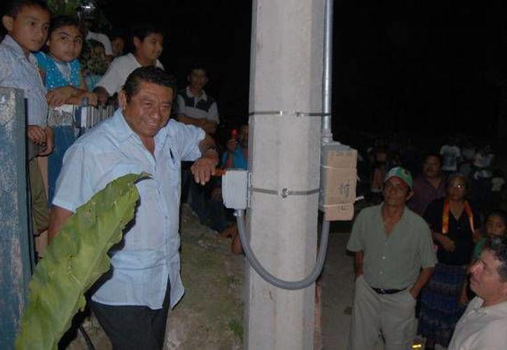 El alcalde Sebastián Uc Yam, inauguró la nueva red eléctrica con la tradicional subida de palanca y encendida de luminaria. (Redacción/SIPSE)