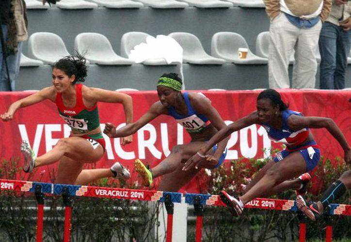 Zudikey Rodríguez dio el oro a México en 400 metros con vallas en los Juegos Centroamericanos y del Caribe. (Notimex)