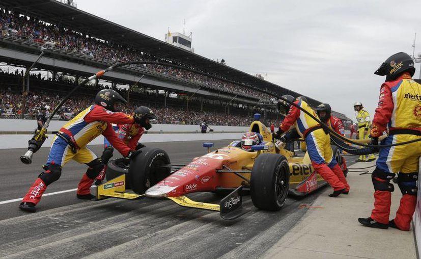 El colombiano Carlos Muñoz se detiene en los pits durante las 500 Millas de Indianápolis. (Agencias)