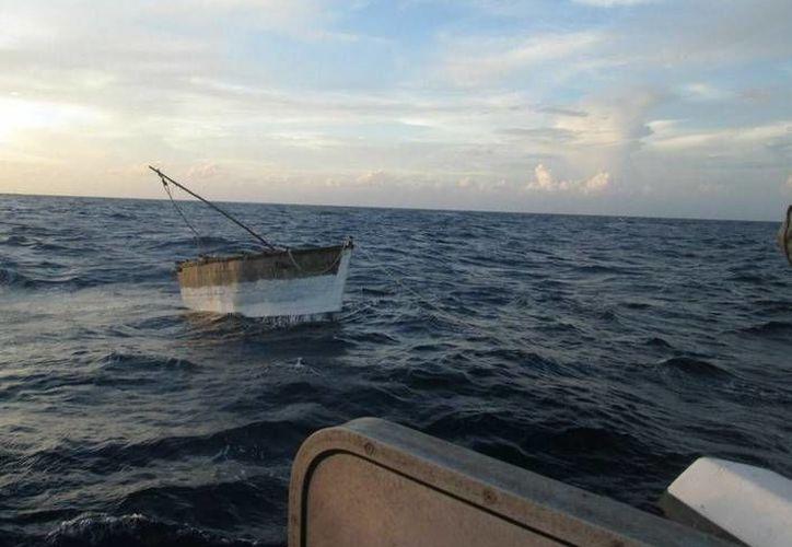 La frágil embarcación en la que navegaban los cubanos a la deriva. (semar.gob.mx)