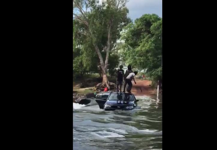 Los sujetos empujaban el vehículo para cruzar el río. (Foto: Captura de pantalla/YouTube)
