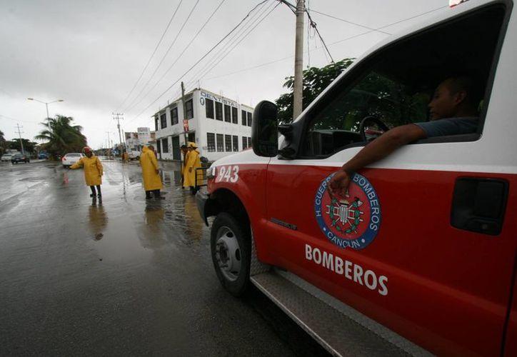Los bomberos realizan trabajos de desazolve en temporada de lluvias. (Sergio Orozco/SIPSE)