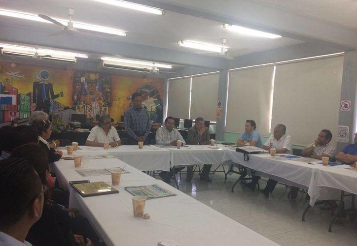 Los docentes se reunieron con el presidente de la Comisión de Hacienda, Presupuesto y Cuenta. (Luis Soto/SIPSE)