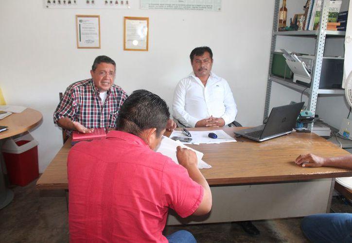 El delegado de la Procuraduría Agraria estatal sostuvo una reunión con un grupo de ejidatarios. (Gloria Poot/SIPSE)