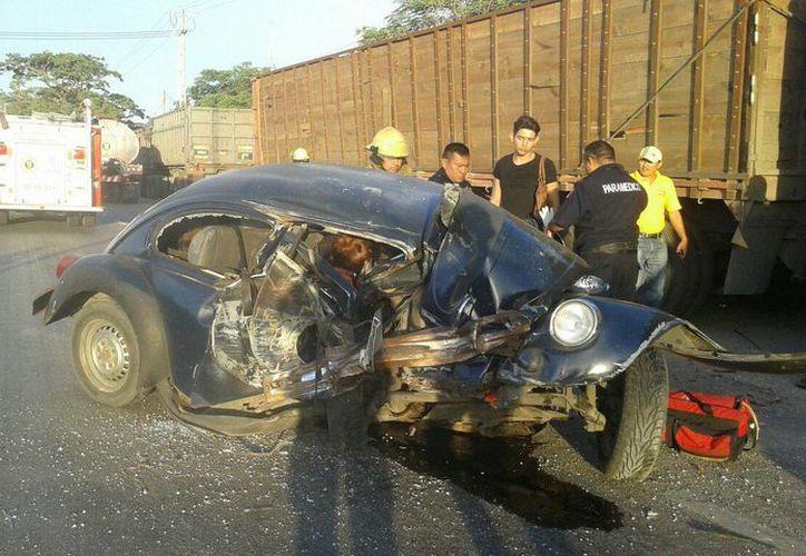 Como un acordeón terminó un Volkswagen tras una colisión. La mujer quedó 'atrapada' entre los fierros retorcidos. (Milenio Novedades)