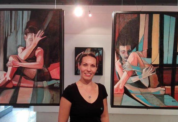 La artista visual Monica Gabrys expondrá desde  este jueves una obra suya de estilo expresionista en el teatro 'Felipe Carrillo Puerto'. (Jorge Acosta/SIPSE)