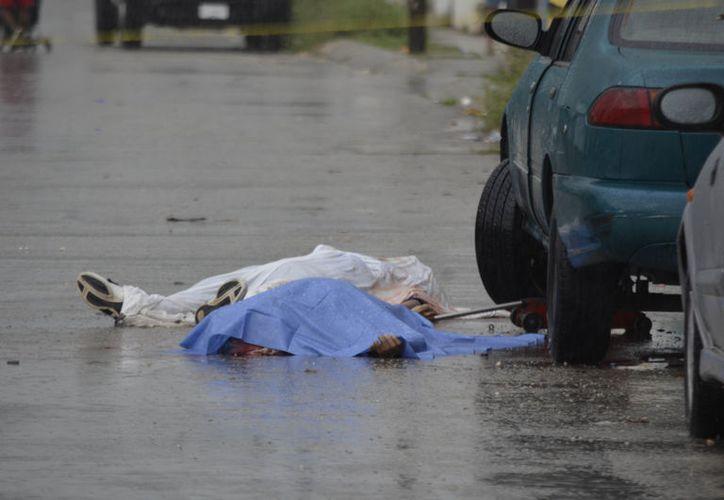 De acuerdo con información de un testigo, fue en un automóvil tipo Mazda donde delincuentes abrieron fuego a los dos sujetos. (Foto: Redacción/SIPSE).