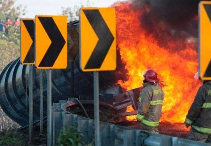 La explosión de la pipa ocurrió el pasado 26 de marzo, cuando volcó sobre la carretera Cárdenas-Coatzacoalcos. (info7.mx)