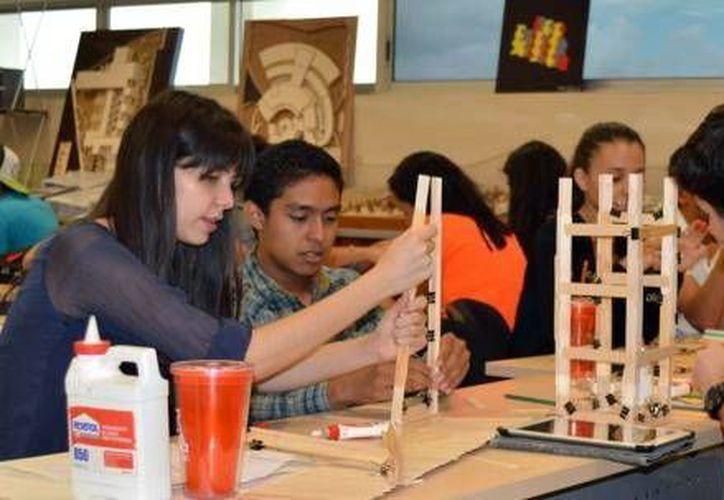 Jóvenes estudiantes del paí se reunirán en Mérida para el Encuentro Nacional de Estudiantes de Arquitectura (28ENEA). Fotografía de un grupo de estudiantes en una de sus clases en la Unimayab. (Milenio Novedades)