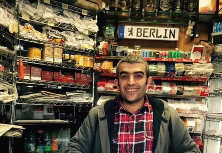 La cifra de alemanes va en descenso debido a la llegada masiva de inmigrantes atraídos por la dinámica economía del país. En la imagen, un inmigrante kurdo atiende un puesto de periódicos en Berlín. (Notimex)