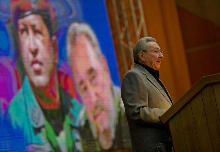 Raúl Castro asegura que Venezuela es una nación 'inmensamente generosa' e hizo un llamado a defenderla. (AP/Ramon Espinosa)