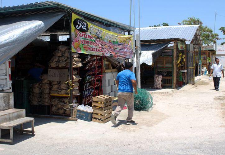 Los vendedores ofertan sus productos en la periferia del marcado, mientras lo remodelan. (Joel Zamora/SIPSE)