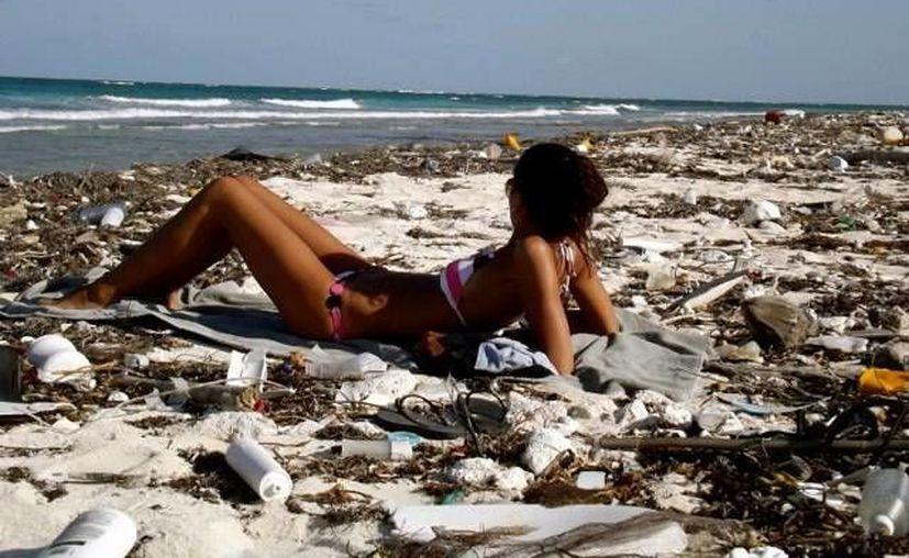 La costera sufre la acumulación de desechos mundiales. (Enrique Mena/SIPSE)